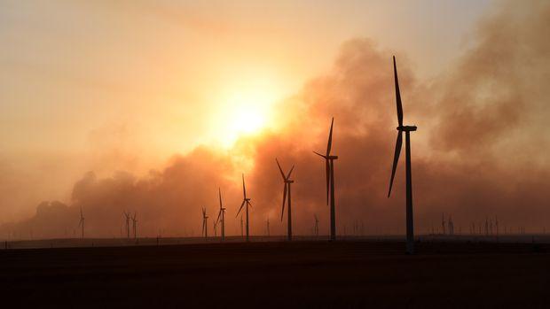 The sun sets through smoke from the Rhea fire on a wind farm near Seiling, Oklahoma, U.S. April 17, 2018. REUTERS/Nick Oxford