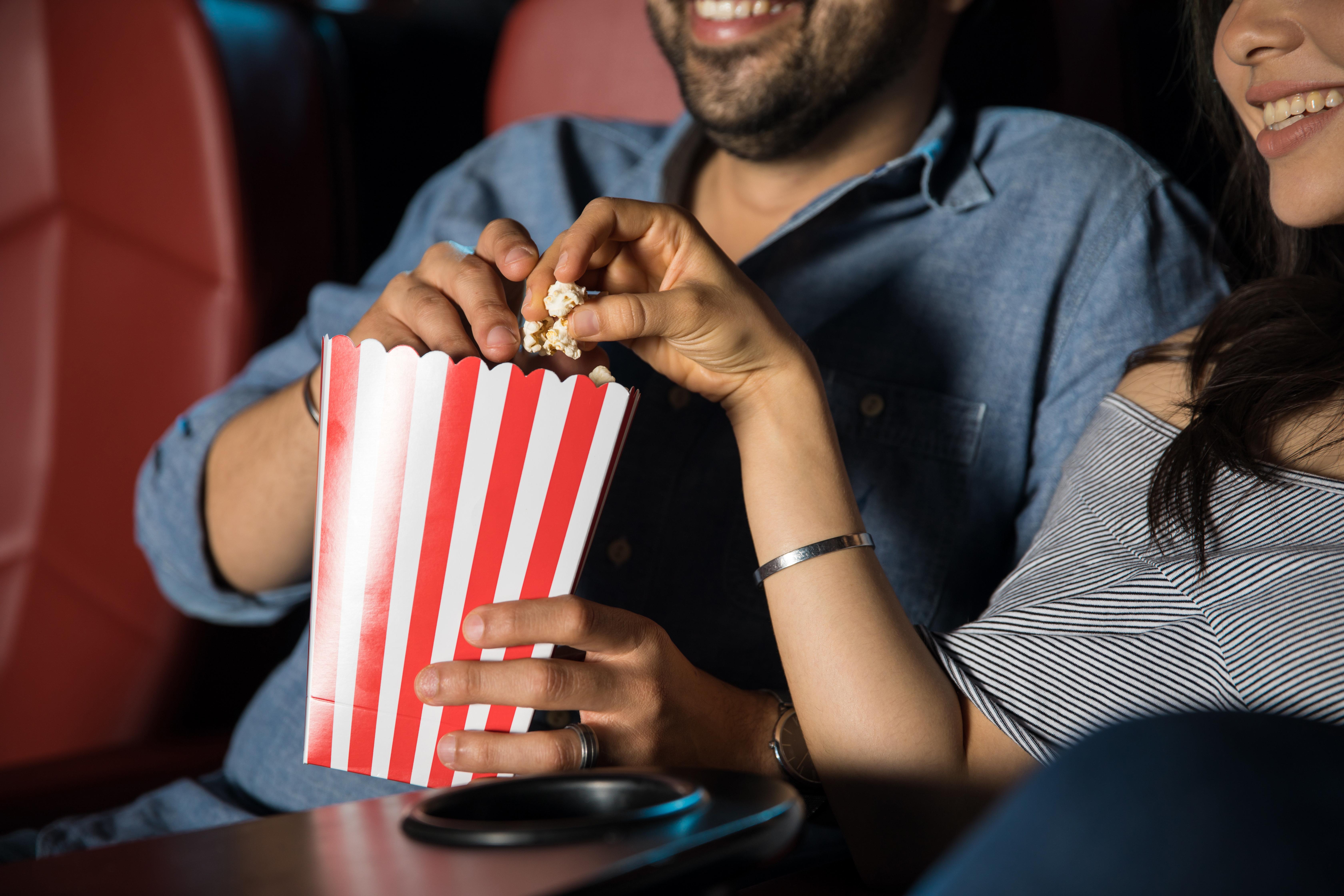 Mann stellt Regeln auf, wie sich seine Freundin im Kino verhalten soll –jetzt feiern ihn tausende