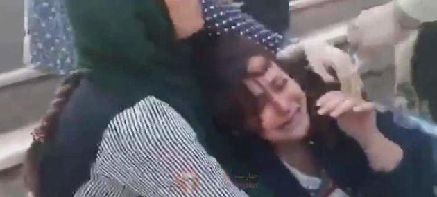 Η αστυνομία ηθών του Ιράν ξυλοκοπεί άγρια μια κοπέλα επειδή δεν φορά σωστά το χιτζάμπ. Το βίντεο φέρνει...