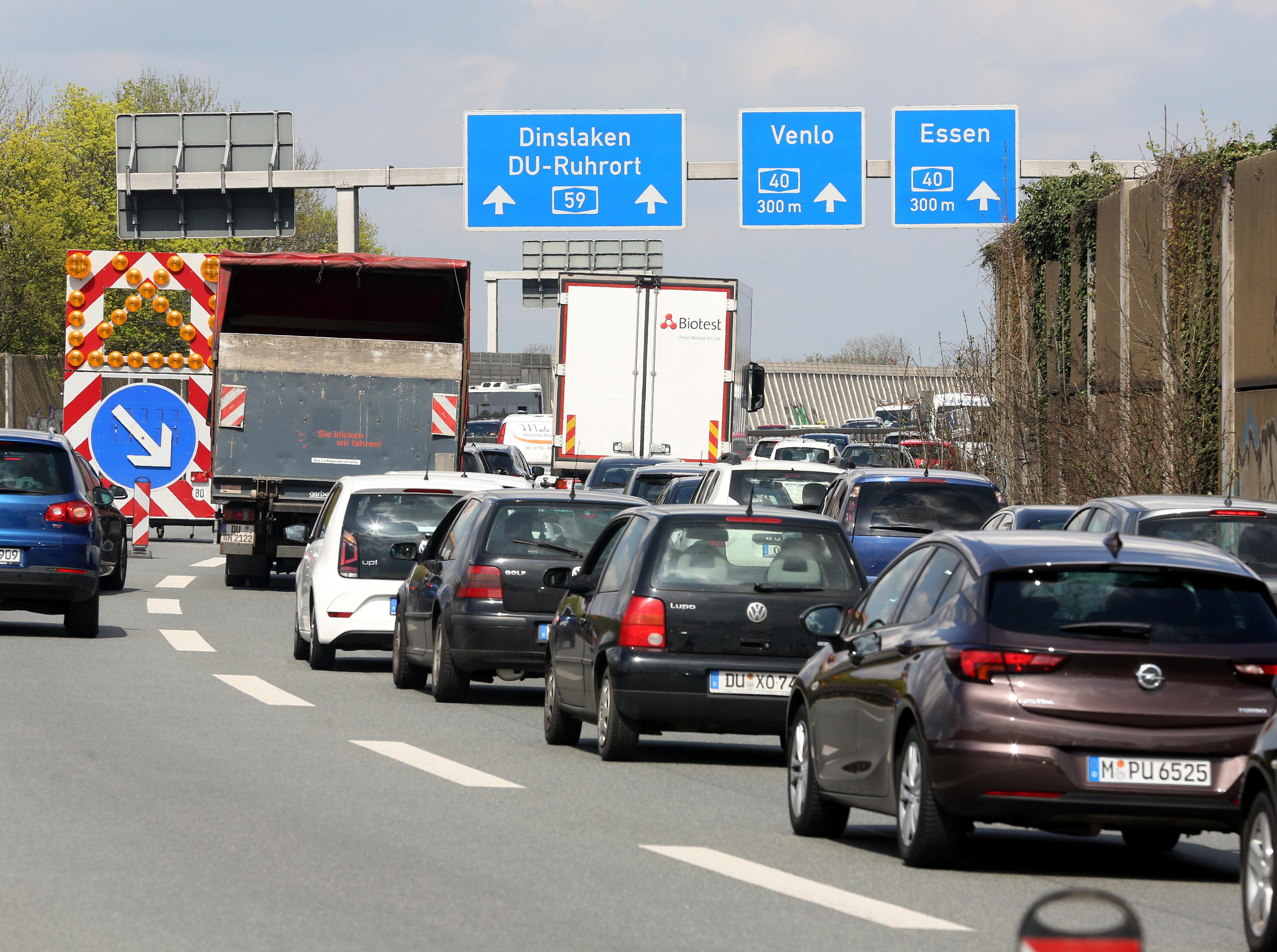 Autos stauen sich auf der Autobahn 59 in Höhe Duisburg Zentrum. Die Autobahn ist wegen eines Autobrandes unter einer der Brücken der A59 gesperrt.