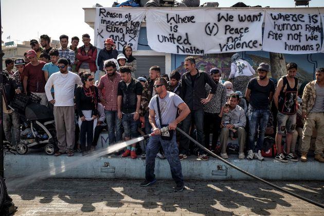 Μέτρα για να «λάβει τέλος» η κατάληψη της Πλατείας Σαπφούς από πρόσφυγες και μετανάστες ζητά ο Δήμαρχος
