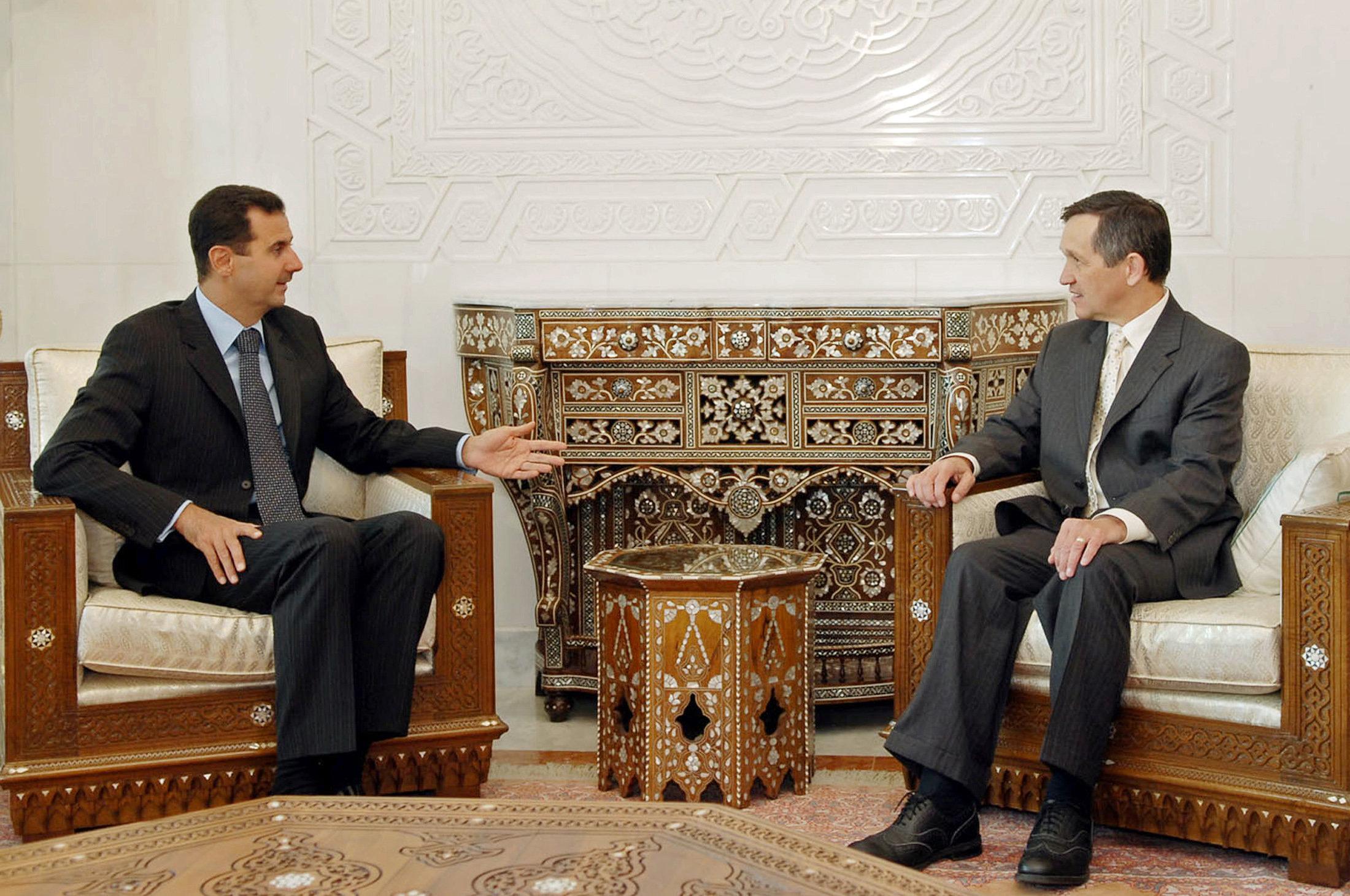 Syrian President Bashar al-Assad (L) meets U.S. Senator Dennis Kucinich (D-OH) in Damascus September 2, 2007. REUTERS/Sana   (SYRIA)