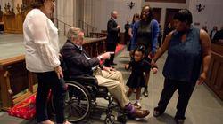 George H. W. Bush au milieu des visiteurs pour l'hommage à son épouse