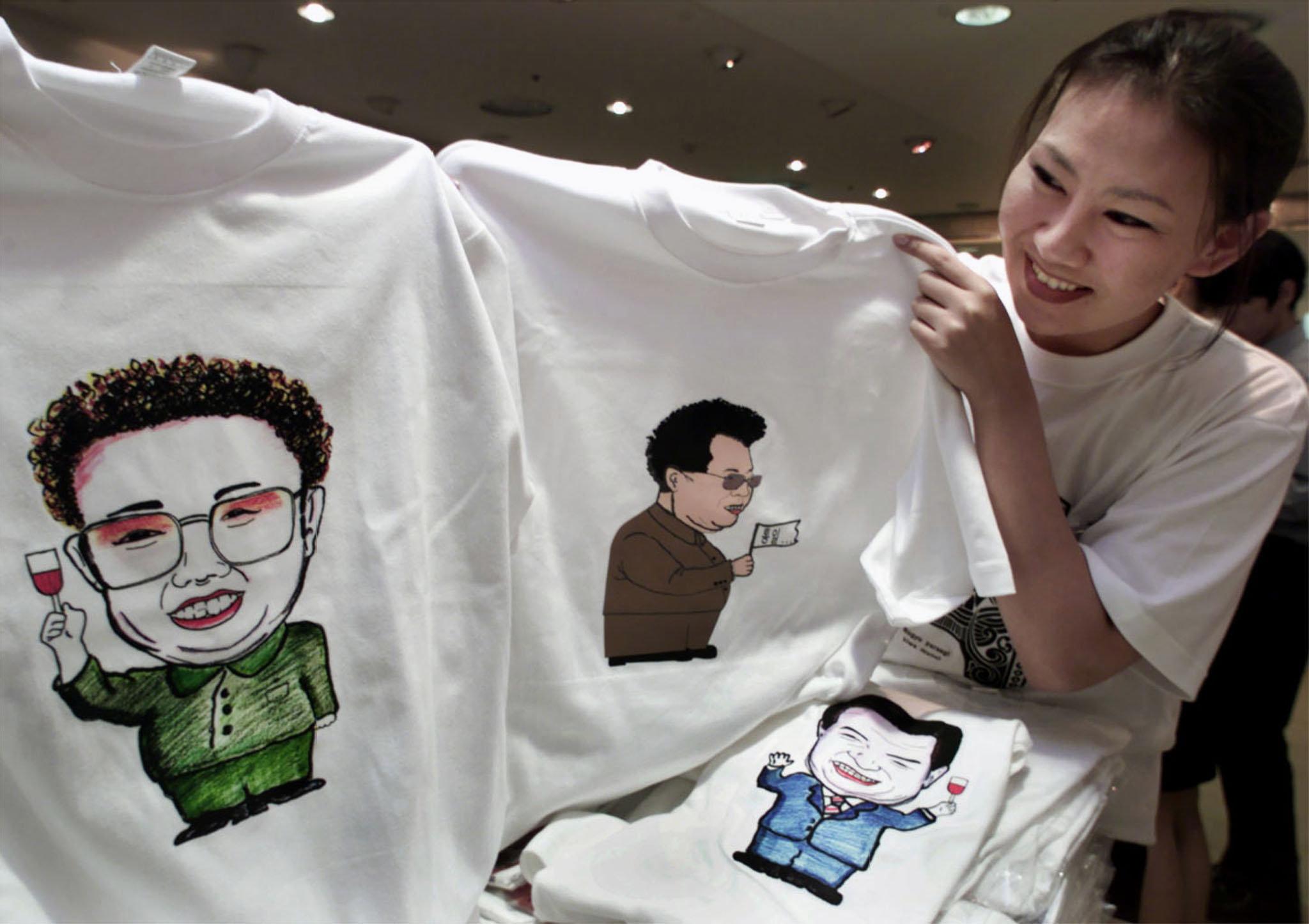 남북정상회담 이후, 김정일 국방위원장의 얼굴이 그려진 티셔츠가