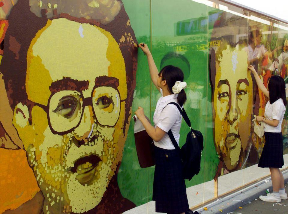 2000년 6월 7일 경복궁. 서울 한복판에서 학생들이 스티커로 김정일의 얼굴을 그리고