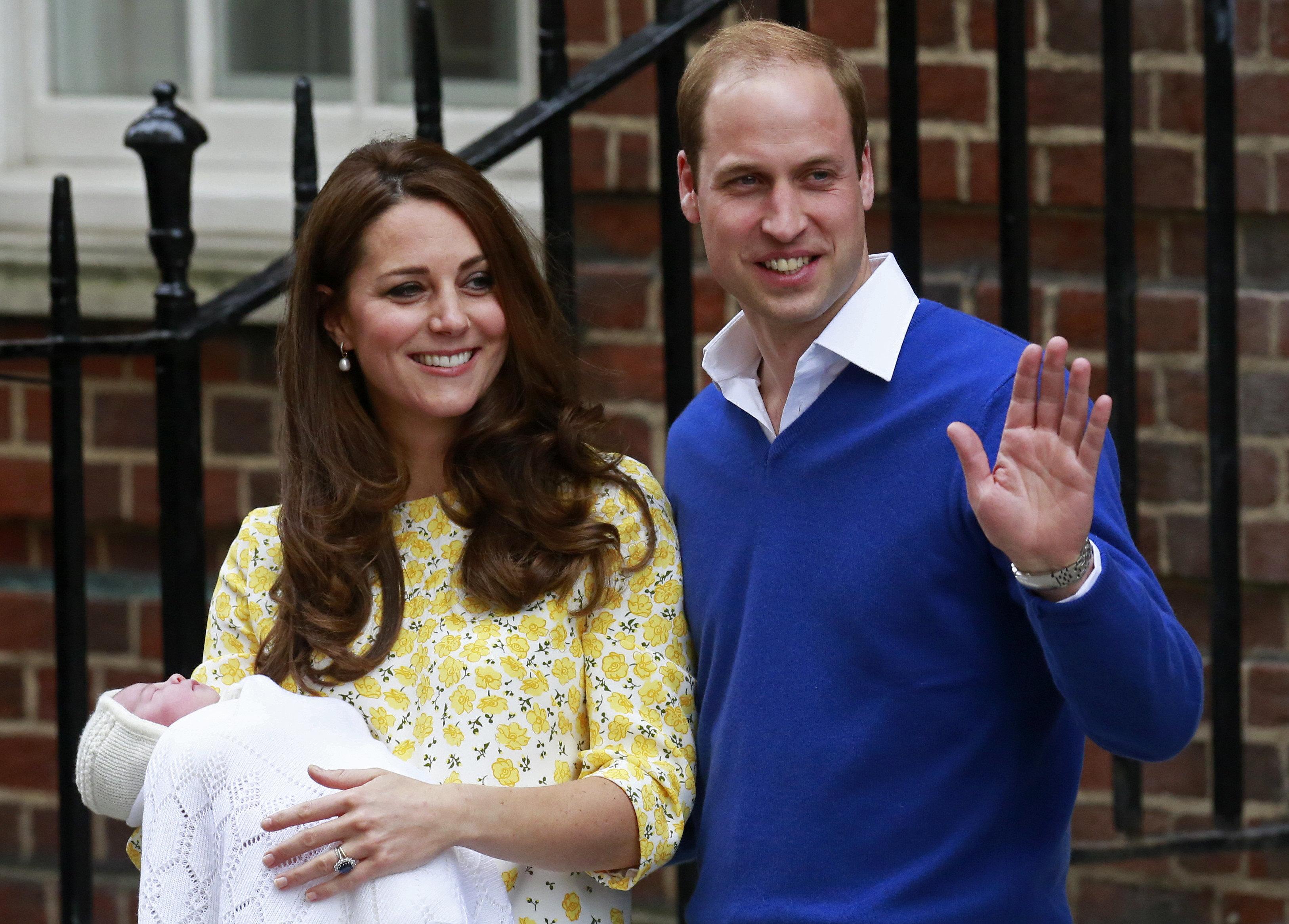 윌리엄과 케이트 미들턴 왕세손 부부가 셋째를 출산했다