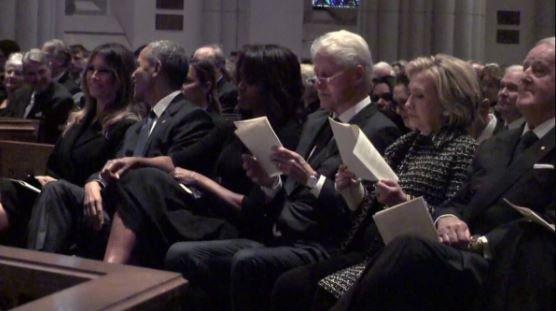 Ο Obama έκανε τη Melania να γελάσει στην κηδεία της Barbara Bush και το twitter δεν το άφησε