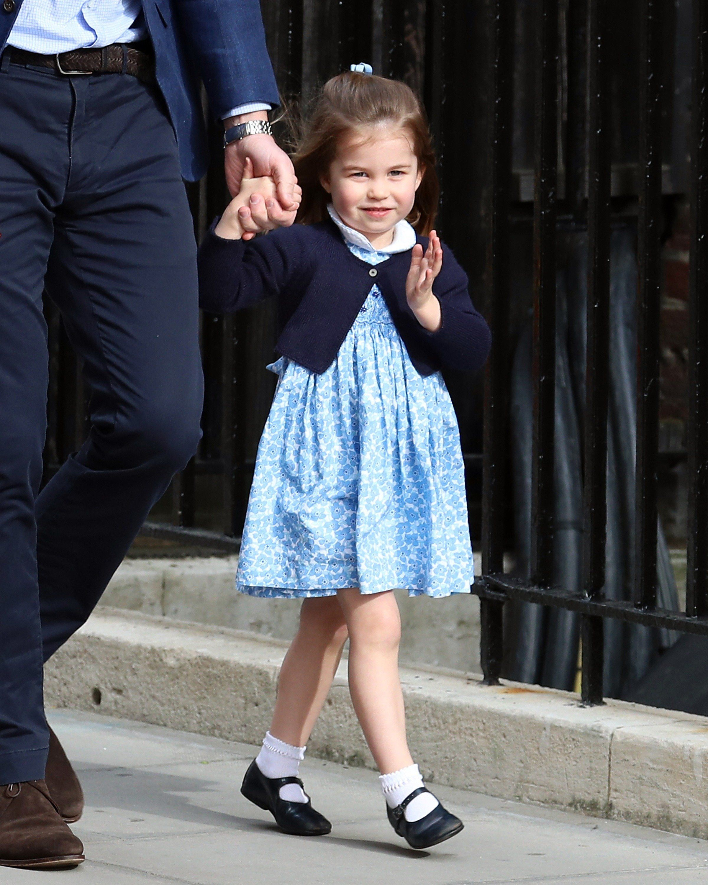 LONDON, ENGLAND - APRIL 23:  Prince William, Duke of Cambridge and Princess Charlotte arrive with Prince George at the Lindo Wing after the birth of his third child on April 23, 2018 in London, England. The Duchess of Cambridge gave birth to a boy at 11:01 BST, weighing 8lb 7oz.  (Photo by Neil Mockford/GC Images)