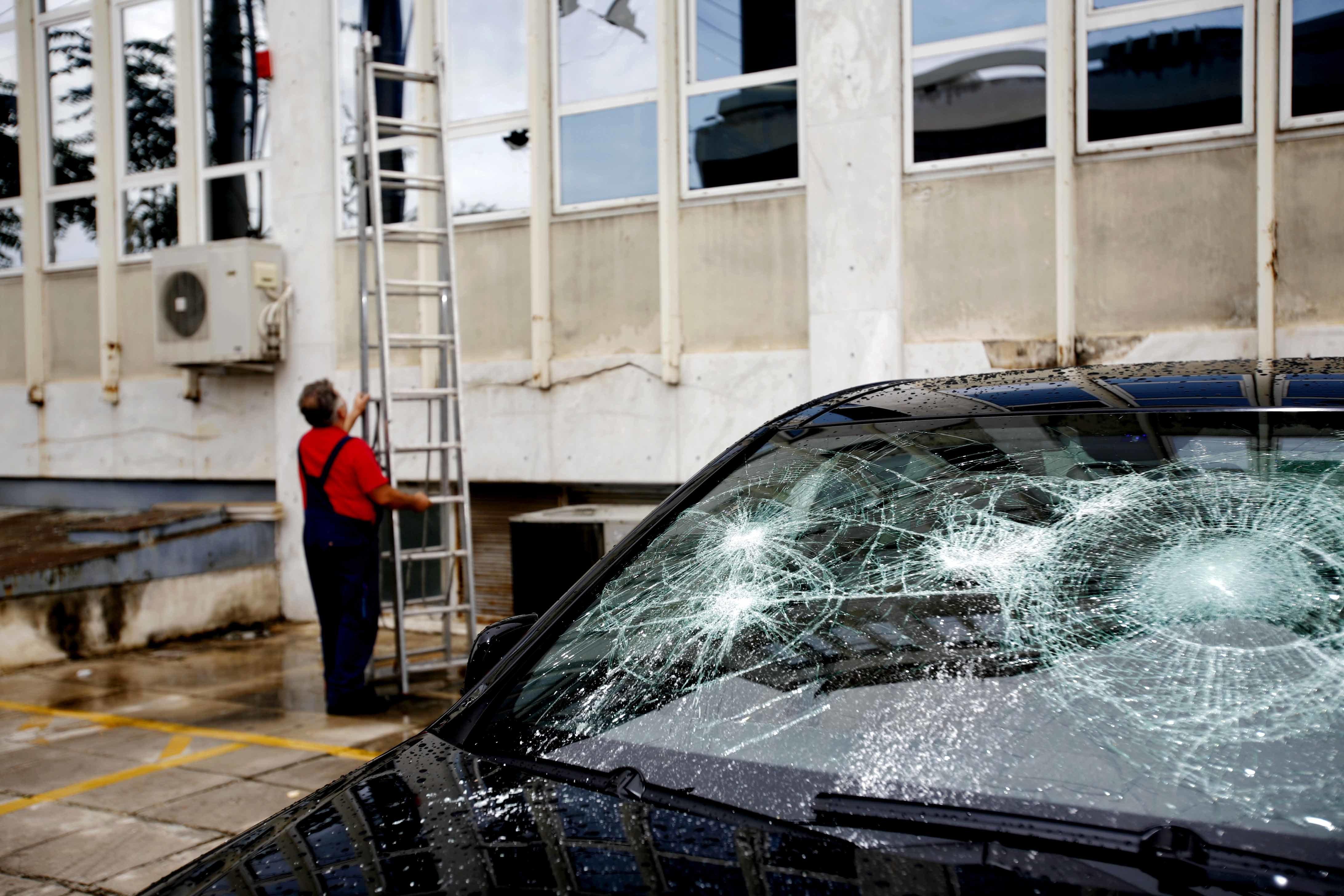 Άγνωστοι προκάλεσαν φθορές σε καταστήματα και αυτοκίνητα στην Καλαμαριά