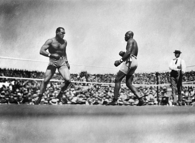 O Jack Johnson στα δεξιά, στον αγώνα...