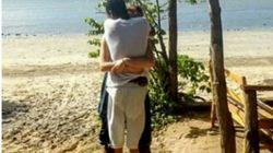 Foto zeigt ein Paar am Strand – doch ein Detail sorgt für