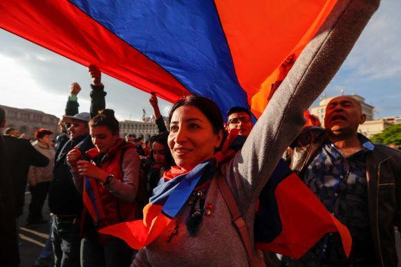 캅카스 지역의 국가 아르메니아의 세르지 사르키샨 총리가 23일(현지시각)의 사임했다는 소식이 전해지자, 시민들이 국기를 들고 수도 예레반 거리로 뛰쳐 나와 축하하고