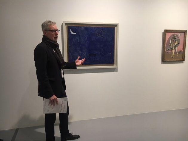 Le directeur de l'exposition présente les oeuvres de deux grands noms de l'exposition, Miro (à...