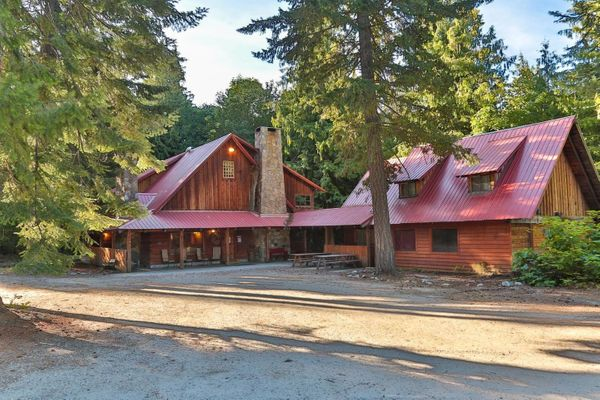 "This <a href=""https://www.airbnb.com/rooms/3120507"" target=""_blank"">gorgeous 5,000-square-foot lodge</a> is situated on"