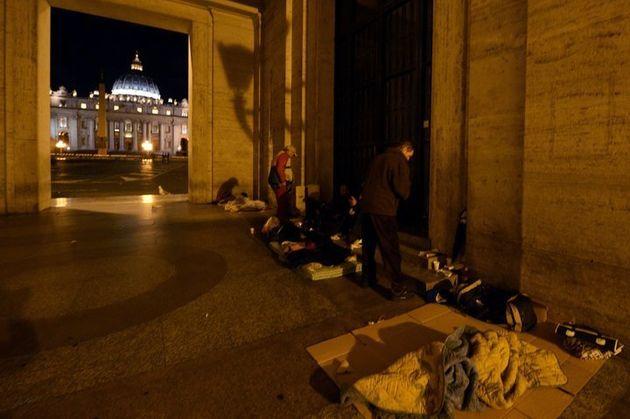 바티칸 아케이드 아래서 밤을 보내는 노숙자들, 2014년