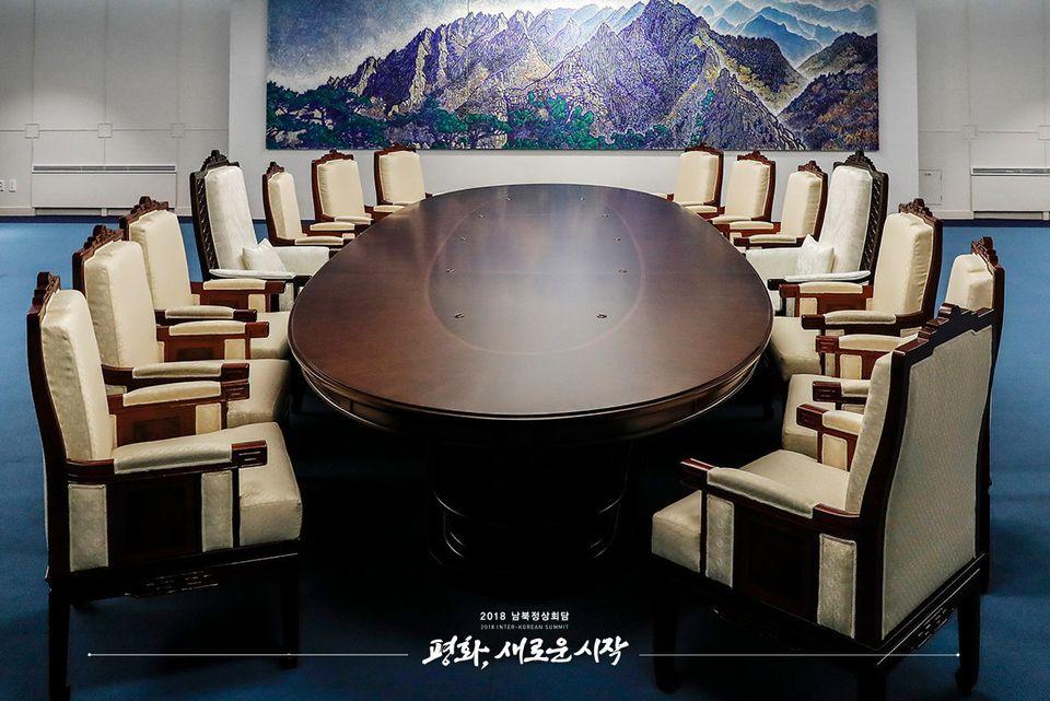 테이블 양쪽에는 7개씩 총 14개의 의자가