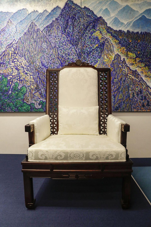 정상회담장에 두 정상이 앉을 의자는 한국전통가구의 짜임새에서 볼 수 있는 연결의미를 담은 디자인으로 제작되었으며, 등받이 최상부에 한반도 지도 문양을