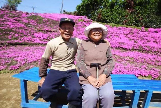 Φύτεψε χιλιάδες λουλούδια για να κάνει την τυφλή γυναίκα του να χαμογελάσει ξανά και ο κήπος έγινε τουριστικό