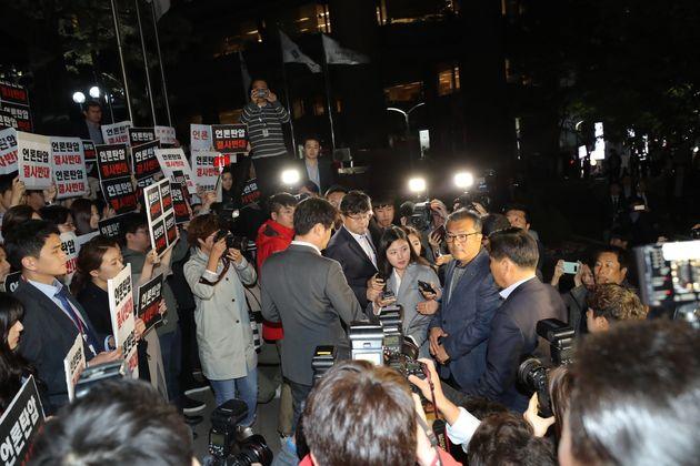 25일 오후 서울 중구 TV조선 사옥 앞에서 TV조선 기자들이 경찰의 압수수색에 반발하며 경찰의 사내 진입을 막아서고
