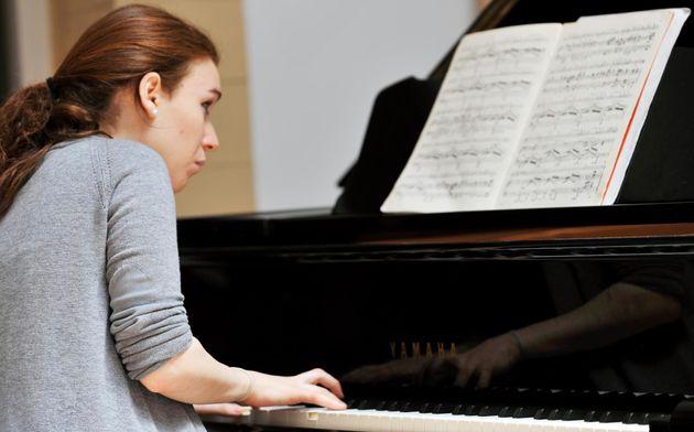 Dina Bensaid au piano lors de l'édition