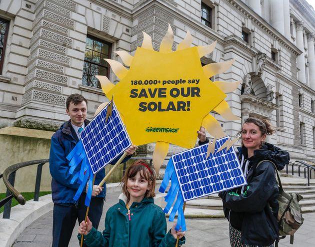 런던의 초등학생들이 그린피스 영국사무소 활동가들과 함께 학교의 태양광 프로젝트를 지속하기 위한 청원을 전달하기 위해 영국 재무부 앞에 와 있다. 학교의 태양광 프로젝트를 지속할 수...