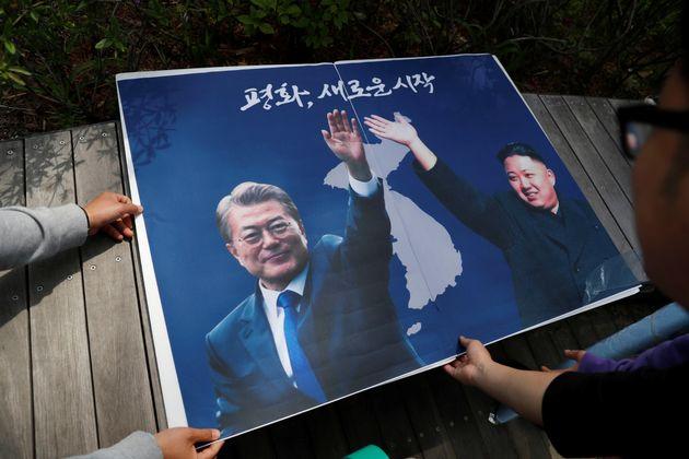 Στη γραμμή που χωρίζει τη Βόρεια από τη Νότια Κορέα η συνάντηση Κιμ Γιονγκ Ουν- Μουν Τζε- ιν