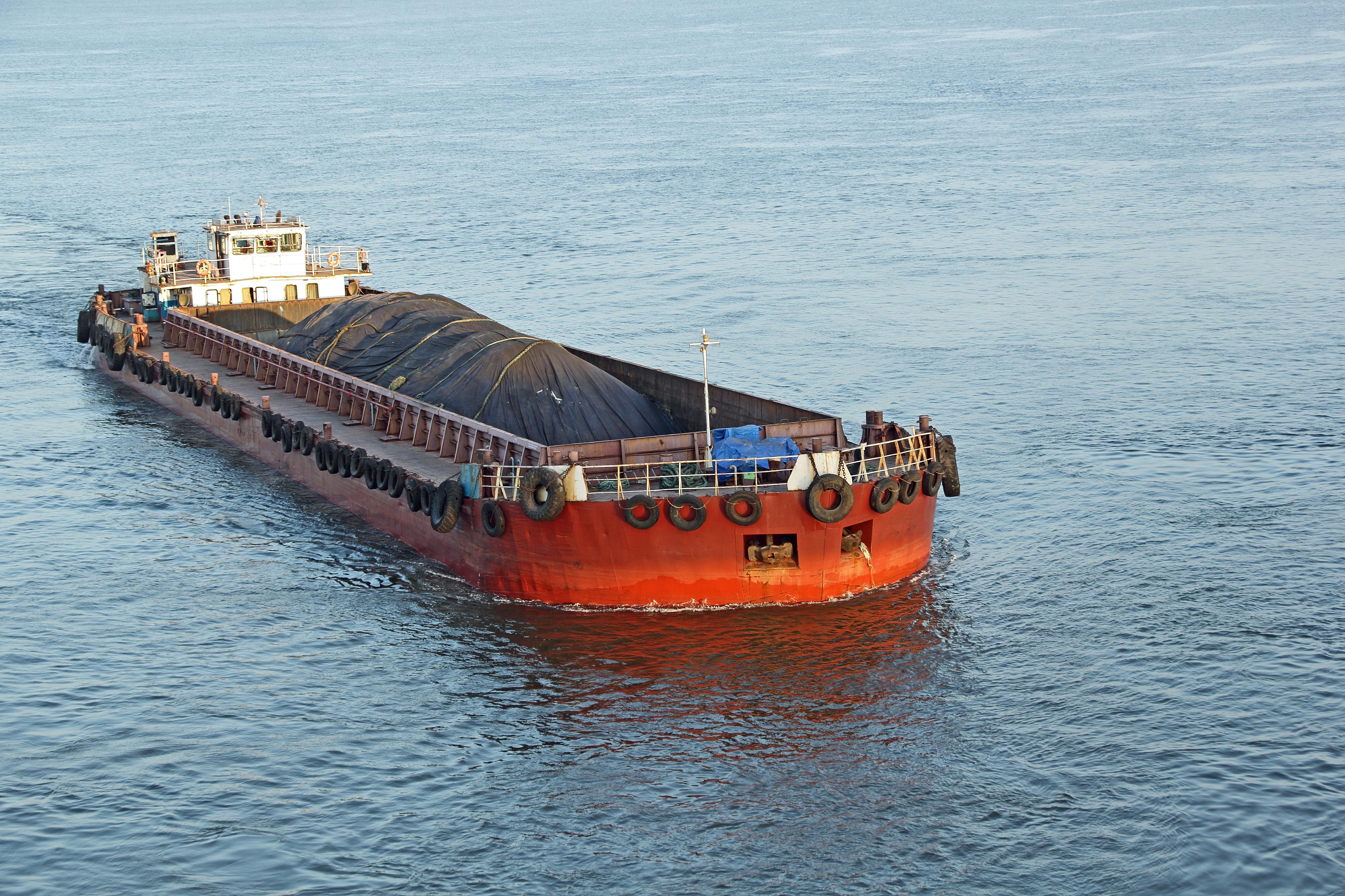 Βύθιση φορτηγίδας στη Σαλαμίνα που ήταν ελλιμενισμένη από το 2014. Δεν αναφέρθηκε θαλάσσια