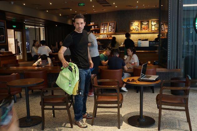 비좁은 카페 통로를 통과하는 행동은 과거 문화와 관련이 있는 것으로 나타났다. 두 의자를 그대로 둔 채 몸을 돌려 빠져나가는 건 쌀 문화의