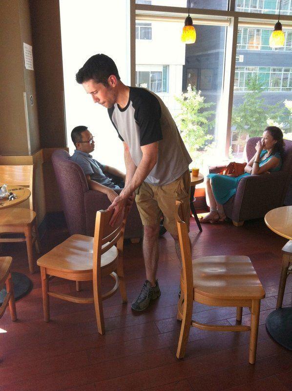 좁은 틈을 비집고 가기보다 의자를 옮기는 행동은 개인주의적인 문화에서