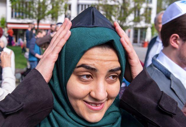 Eine Muslima in Erfurt setzt die Kippa
