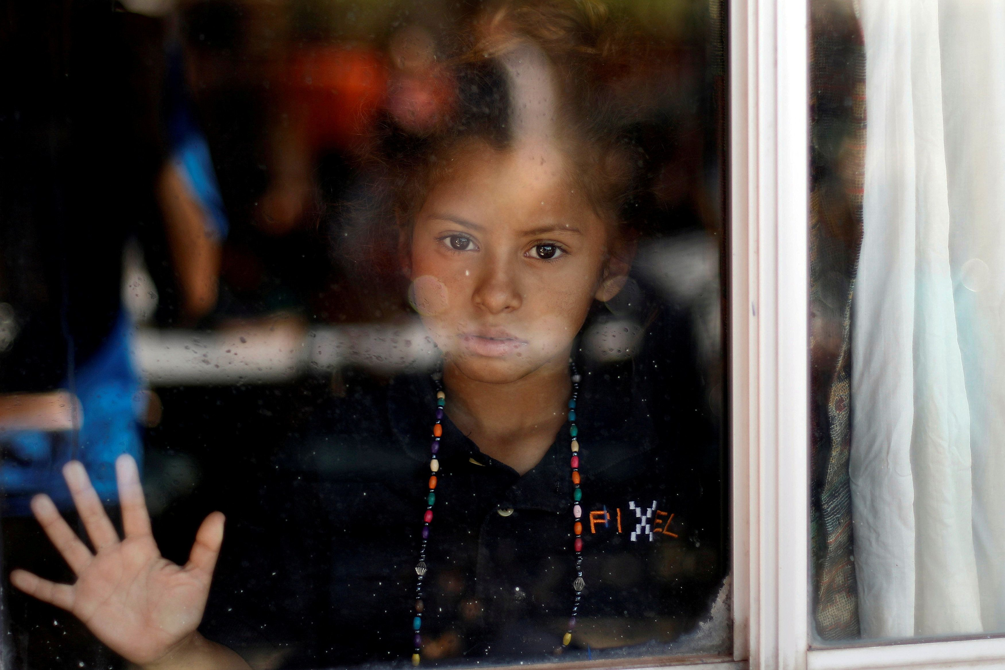 A Central American migrant, moving in a caravan through Mexico and traveling to request asylum in U.S, looks on as she makes a stop during her travels to Tijuana, at a shelter in San Luis Rio Colorado, in Sonora state, Mexico April 25, 2018. REUTERS/Edgard Garrido     TPX IMAGES OF THE DAY