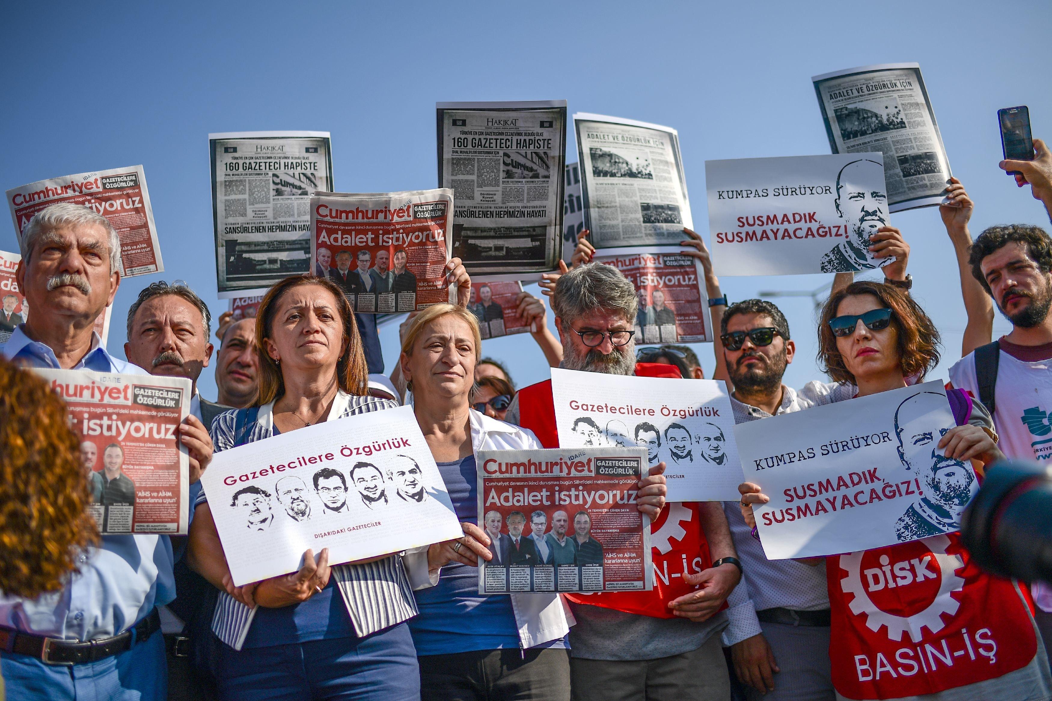 «Θα ντρέπεστε ενώπιον της Ιστορίας» το πρωτοσέλιδο-απάντηση της Cumhuriyet για την καταδίκη σε τρομοκρατία των δημοσιογράφων