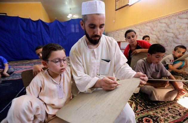 Des enfants apprennent le Coran durant le mois de ramadan dans une mosquée de Kheraissia, à...
