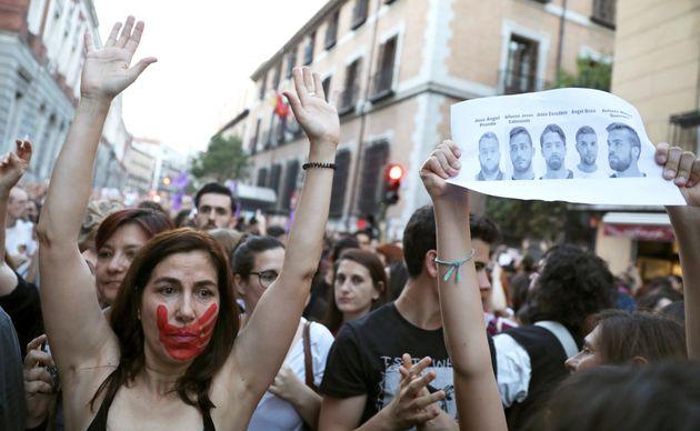 Χιλιάδες Ισπανοί στους δρόμους μετά την αθώωση πέντε ανδρών για τον ομαδικό βιασμό