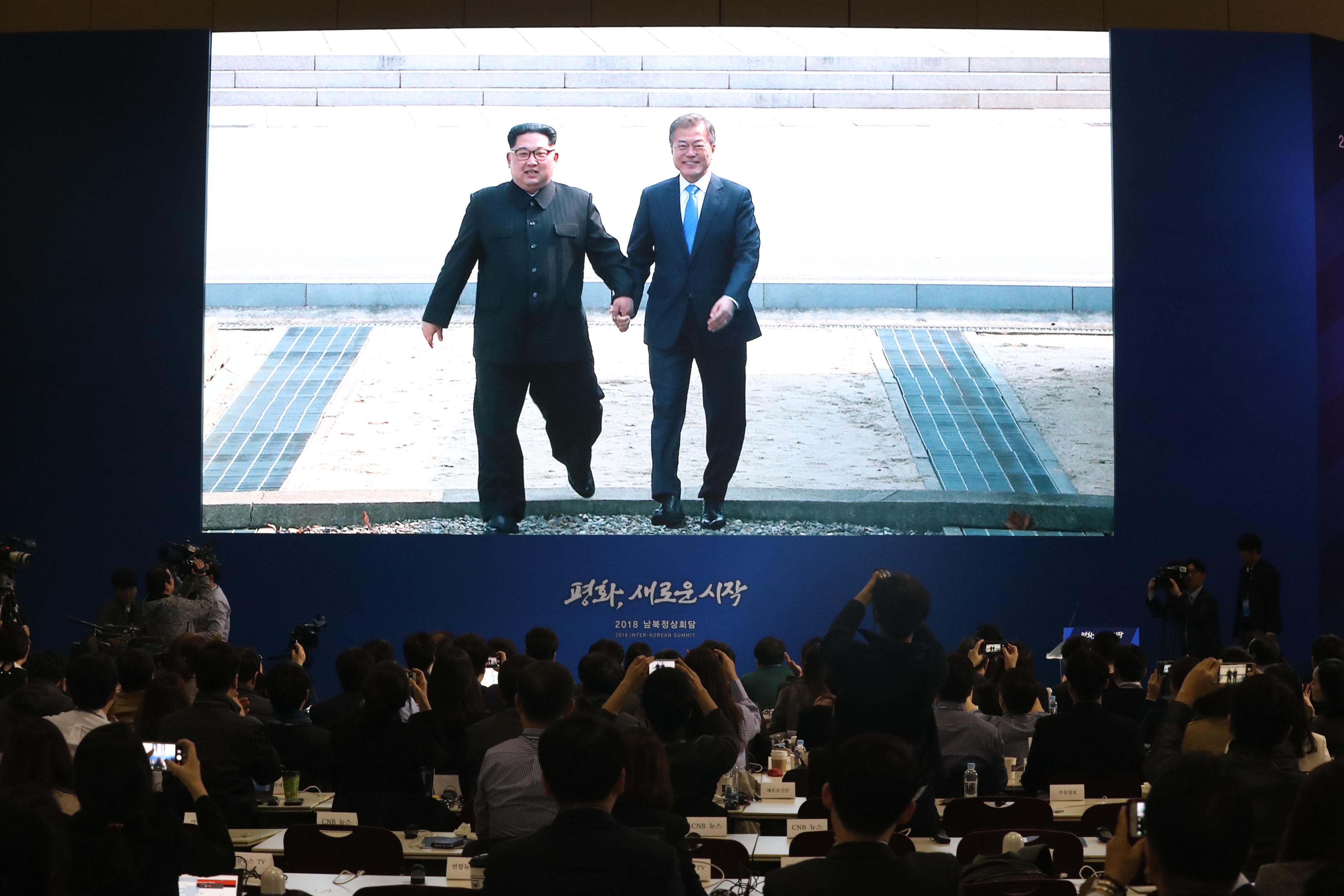 문재인 대통령의 돌발 월경은 김정은 위원장의 `깜짝 제안'이었다