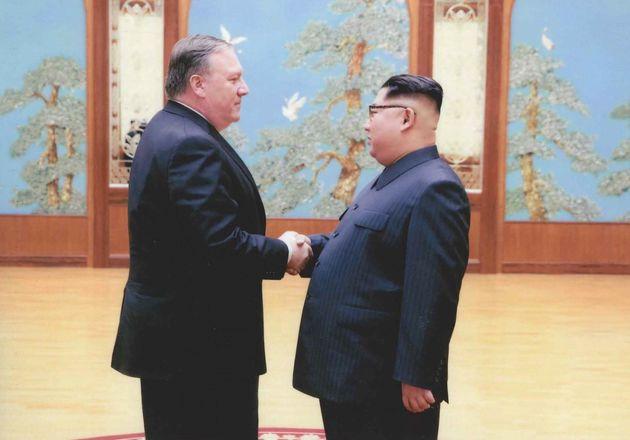 김정은과 폼페이오의 어색한 악수사진이