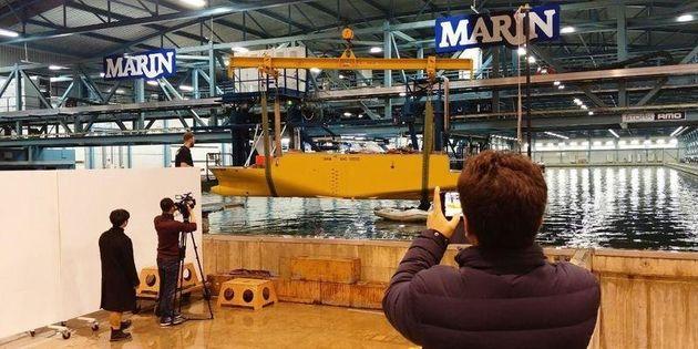 지난 1월 22일(현지시각) 네덜란드 소도시 바헤닝언에 있는 해양연구소 마린에서 세월호 침수 원인을 밝히는 모형배 실험이 진행된 가운데 단원고 희생자인 정동수군의 아버지 정성욱씨가...