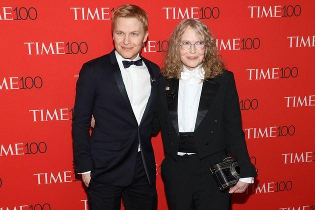 O Ronan Farrow με τη μητέρα του, Mia