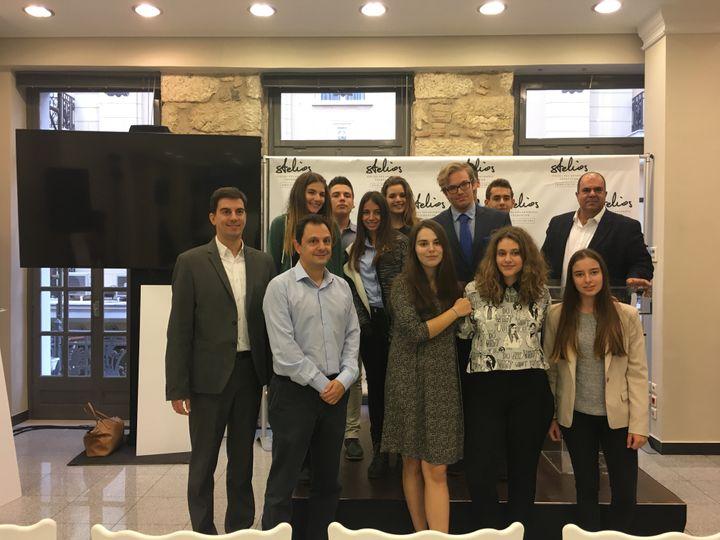 Υπότροφοι του Stelios Philanthopic Foundation μαζί με τον Sir Στέλιο Χατζηιωάννου σε μία από τις φιλανθρωπικές δράσεις του ιδρύματος