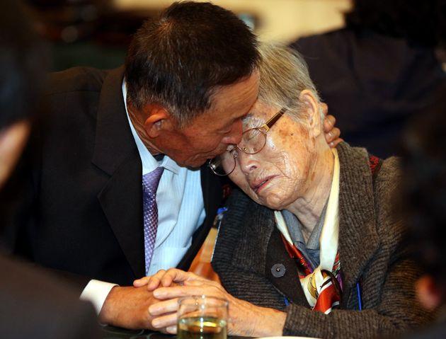2015년 10월 26일, 강원 고성 금강산호텔에서 열린 제20차 남북이산가족상봉 2차 작별상봉행사에서 이금석 할머니가 북측의 아들 한송일 씨와 눈믈을 흘리며 헤어지기 전 이야기를...