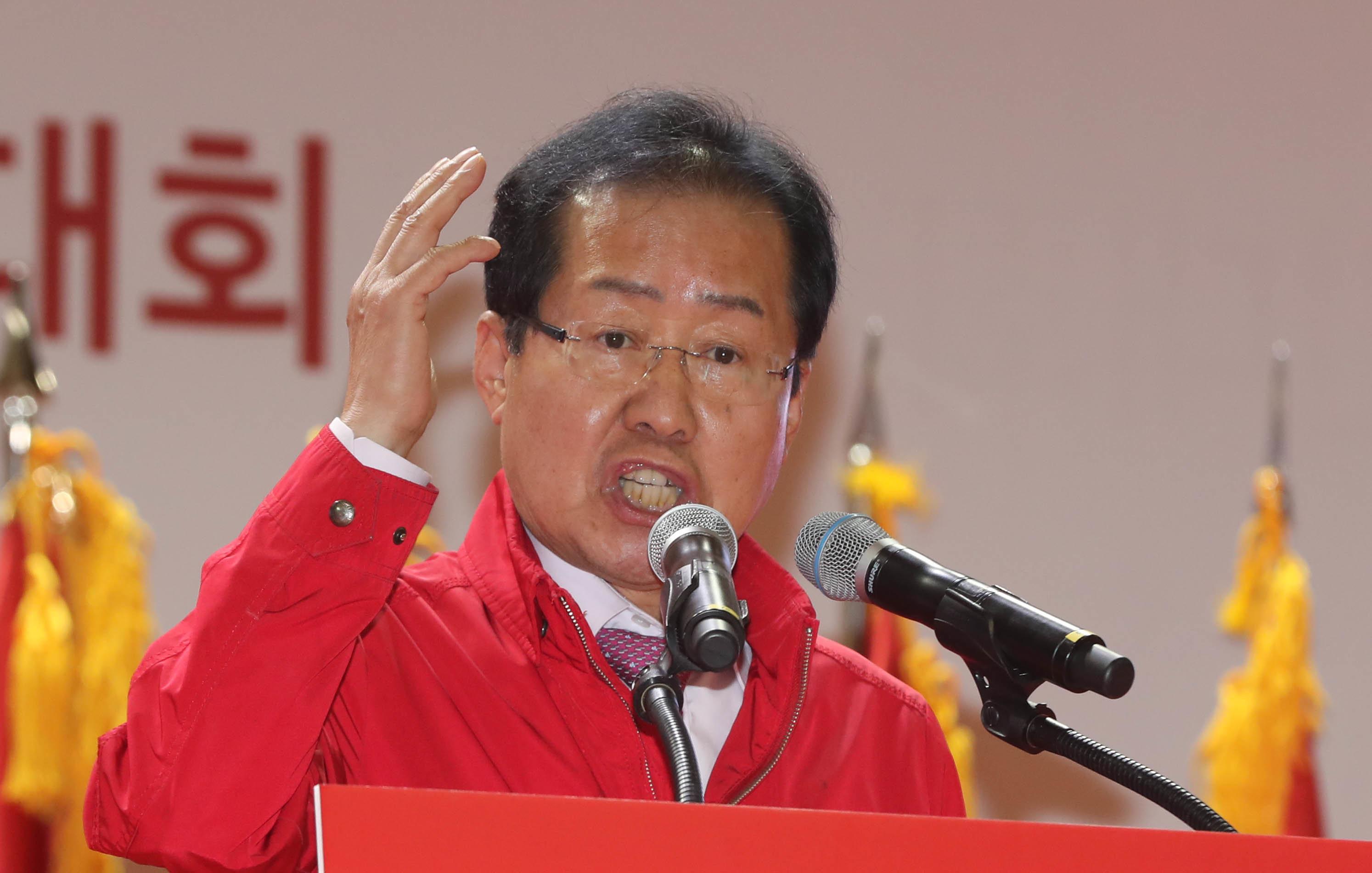 홍준표가 남북정상회담을 '남북 위장 평화쇼'라고 부르다