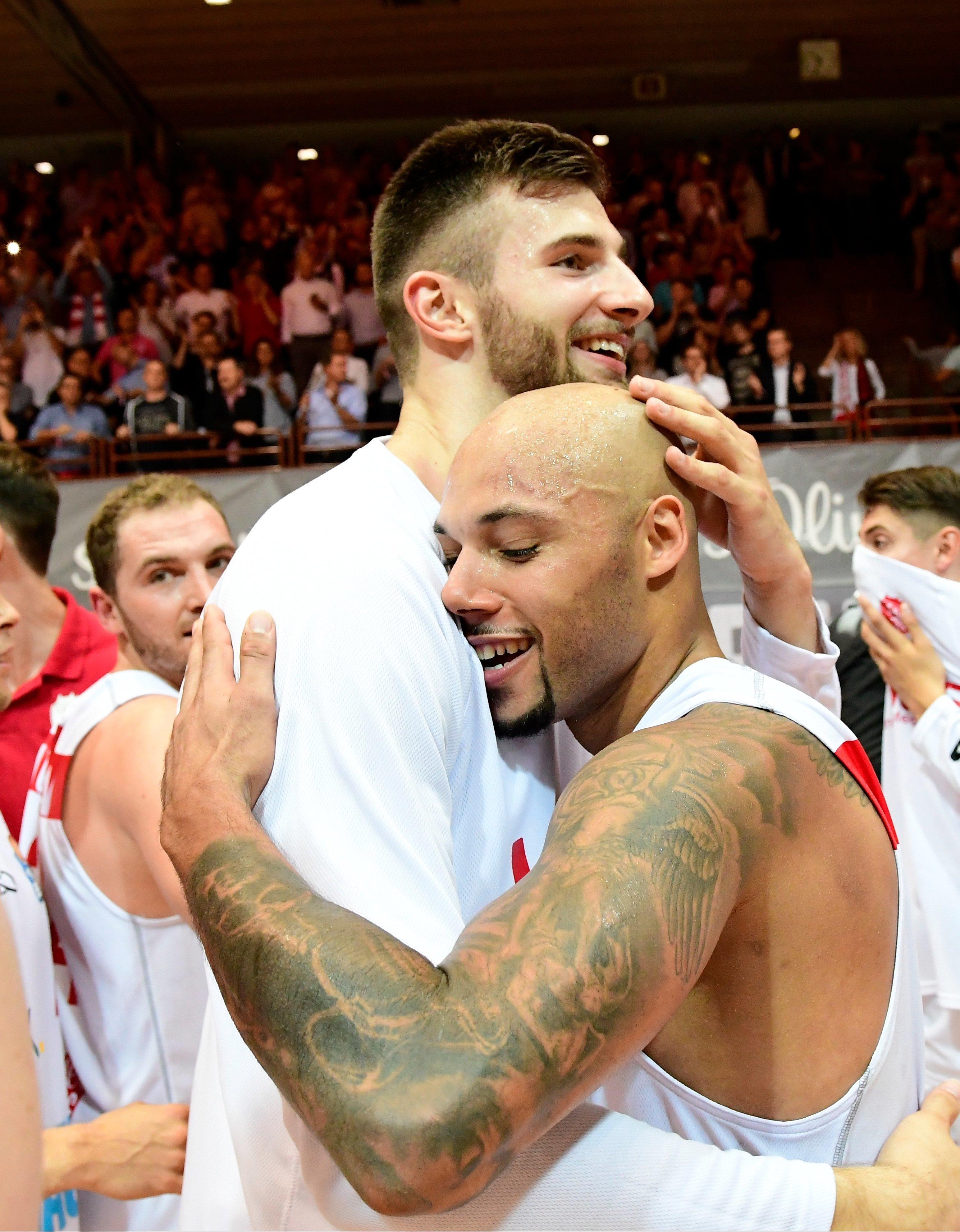 Würzburg:Basketball-Bundesliga –Maurice Stuckey umarmt Leon