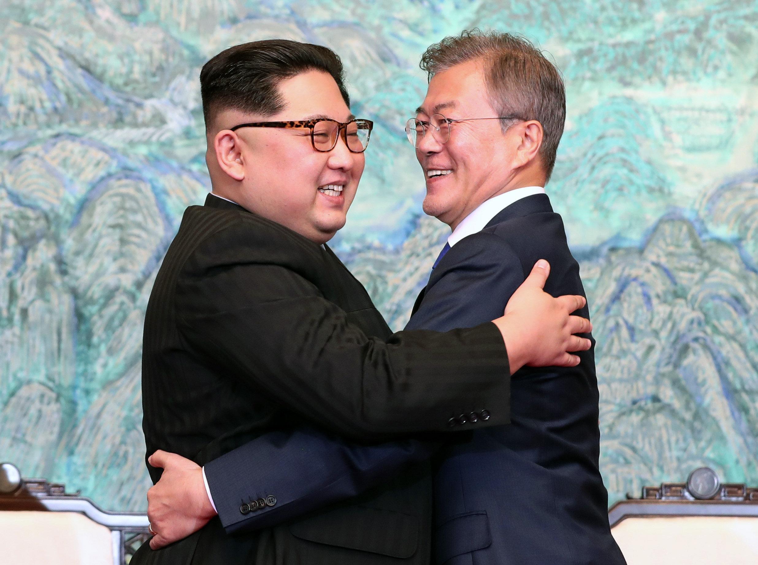 Ιστορική ημέρα: Αποπυρηνικοποίηση της κορεατικής χερσονήσου και ειρήνη συμφώνησαν Κιμ Γιονγκ- Ουν και Μουν Τζε-
