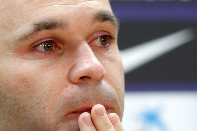 Andrès Iniesta, les larmes aux yeux, annonce qu'il quitte le Barça à la fin de cette...