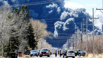 Dark smoke rises from Husky Energy oil refinery following an explosion in Superior, Wisconsin, U.S., April 26, 2018.  REUTERS/Clint Austin/Duluth News Tribune