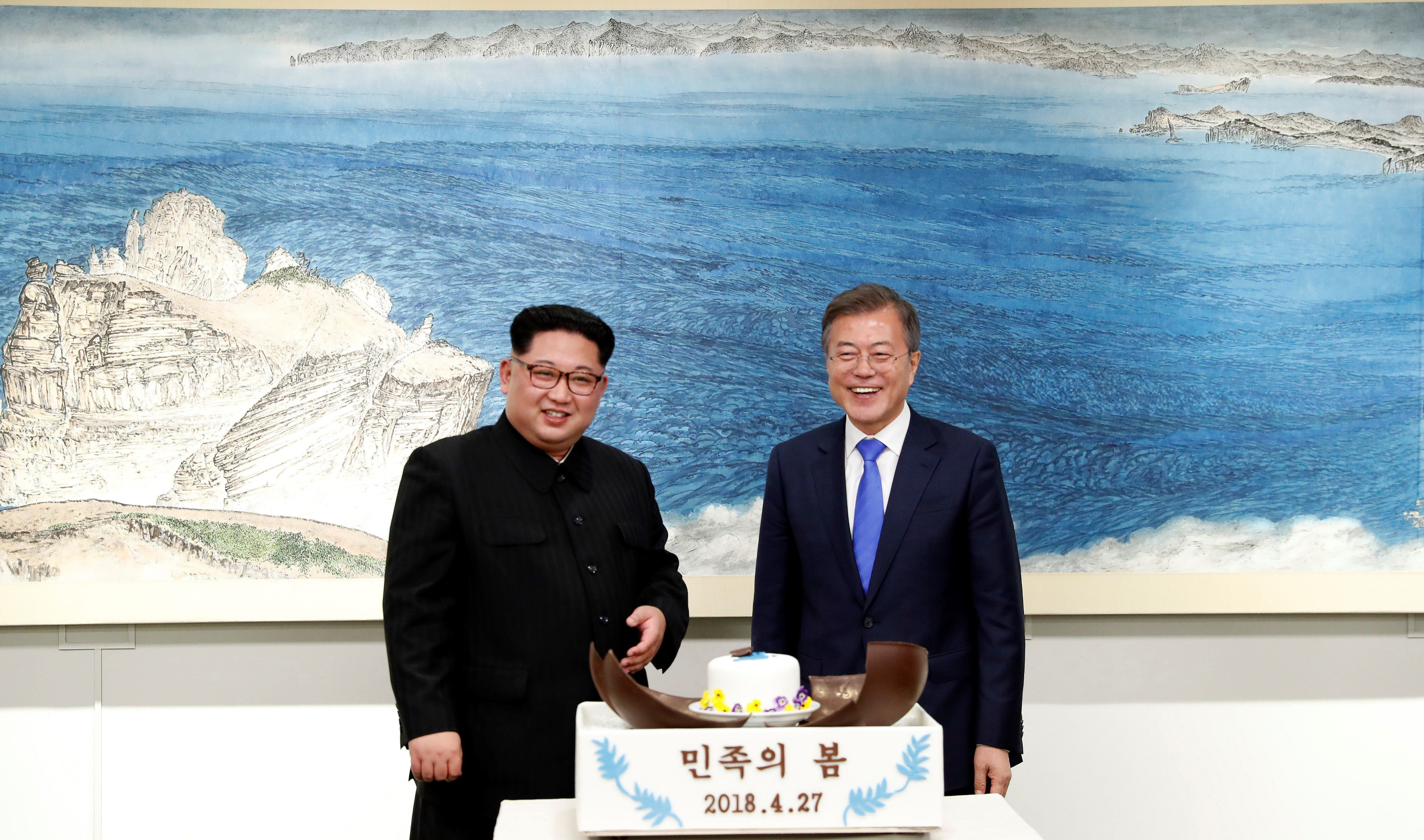 SEOUL, SOUTH KOREA - APRIL 27: South Korean president, Moon Jae-in (R) and North Korean leader Kim Jong-un (L) attend Dinner banquet in the Peace House building at the southern side of the truce village of Panmunjom, South Korea on April 27, 2018. Kim Jong-un is the first North Korean leader to enter South Korea since the end of the Korean War in 1953. (Photo by INTER-KOREAN SUMMIT / POOL/Anadolu Agency/Getty Images)