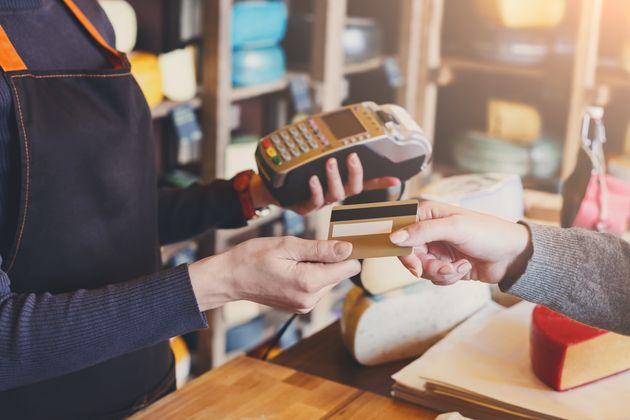Μειωμένος ο τζίρος των μικρομεσαίων επιχειρήσεων μέσω POS. Γιατί το αποφεύγουν και σε ποιες λύσεις