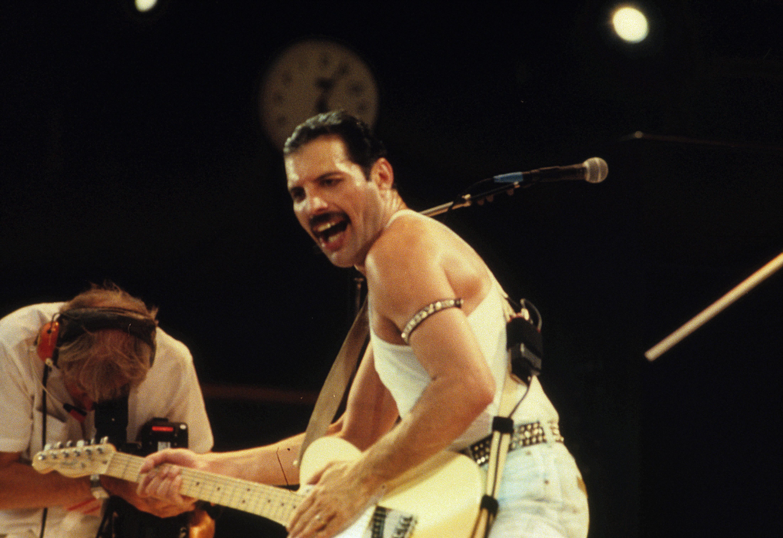 Ο Rami Malek πράγματι μοιάζει πολύ στον Freddie Mercury όπως δείχνουν οι πρώτες φωτογραφίες που