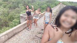 Vier junge Frauen schießen Selfie auf Brücke – Sekunden später stürzen sie in die