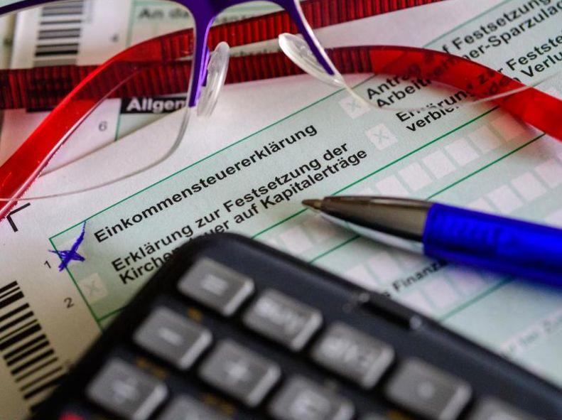 Mann half Flüchtlingen bei Steuererklärung – jetzt drohen ihm 30.000 Euro